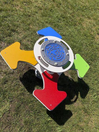 Pružinová hojdačka pre štyri deti s bludiskom a kompasom A5015